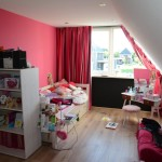 Slaapkamer met frisse op elkaar afgestemde kleuren, behang en gordijnen